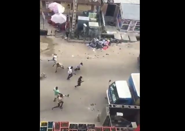 youths-chase-sars-officers-in-yaba-for-shooting-man