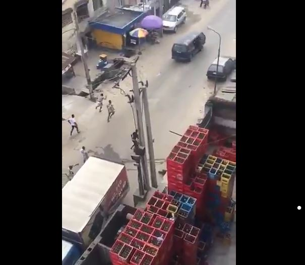 youths-chase-sars-officers-in-yaba-for-shooting-man1