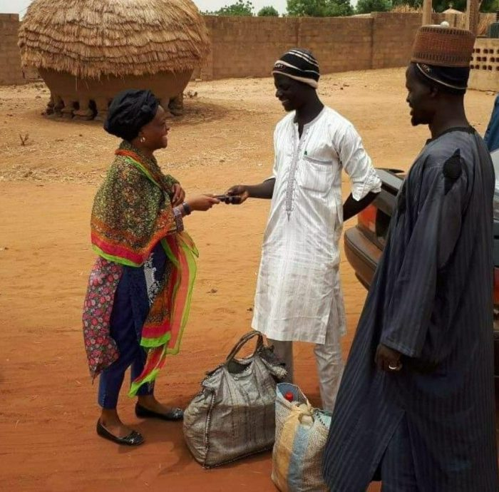 See What An Aboki Trader Did After A Woman Misplaced Her Phone In Sokoto (Photo)