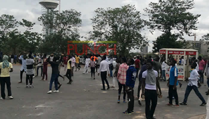 Shiite Protesters Chase Away Policemen, Ground Federal Secretariat In Abuja