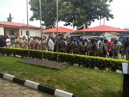 security-men-guarding-fayose-leaving-ekiti-government-house-2