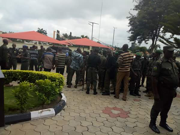 security-men-guarding-fayose-leaving-ekiti-government-house-3