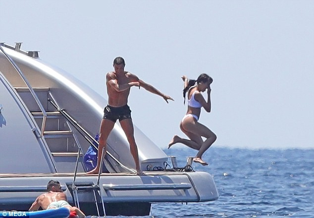 Ronaldo Throws Georgina Rodriguez Into The Sea As They Enjoy Leisure In Ibiza